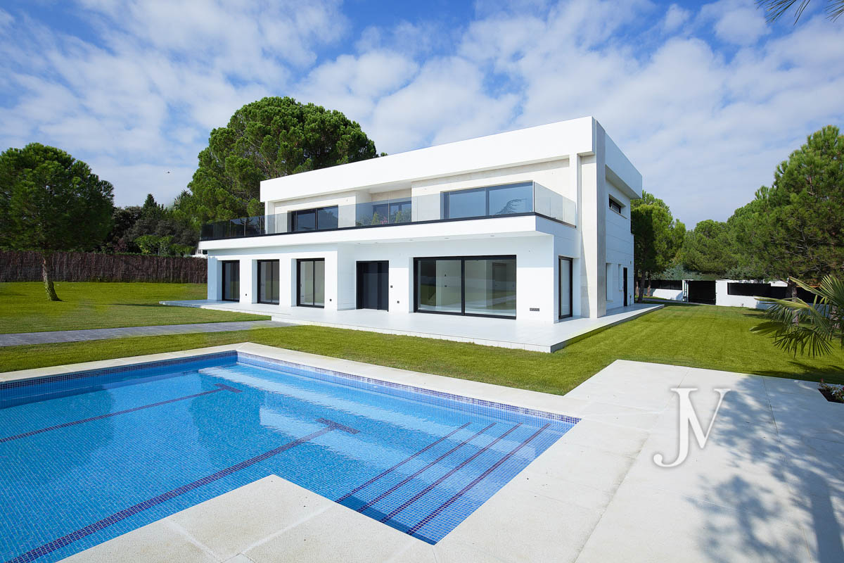 New building, brand new, detached villa on a plot of 2.500m2 in Ciudalcampo.