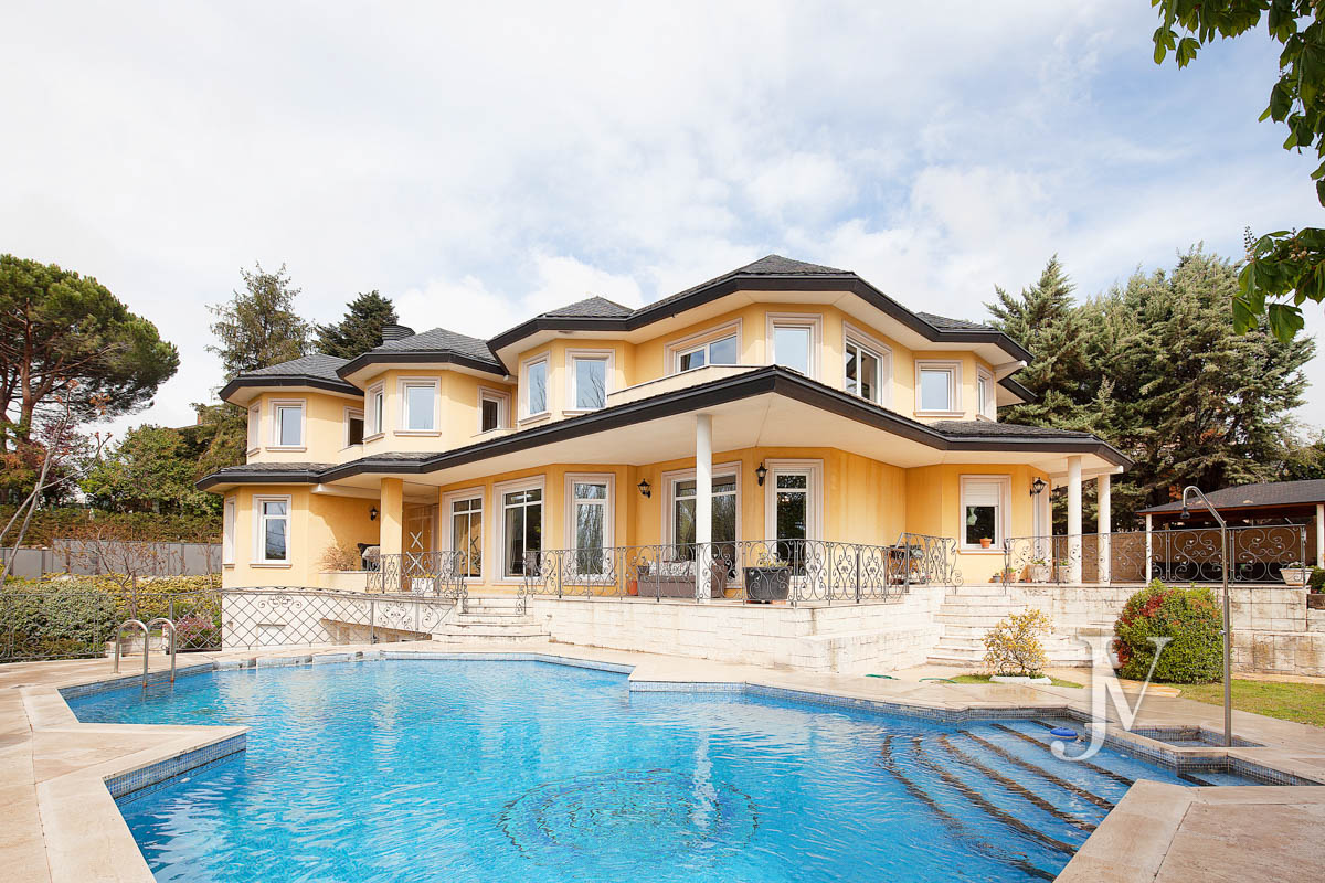 La Moraleja: Vivienda de estilo clásico construida en el 2001, con Spa.