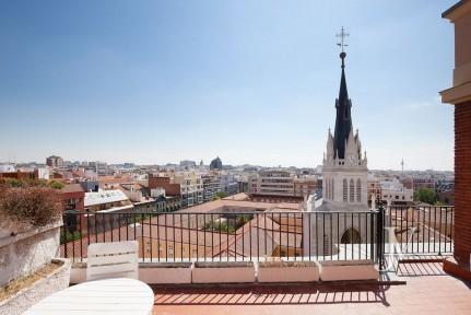 Almagro – Chamberí, ático de 180m2 + terraza para reformar, edificio representativo.