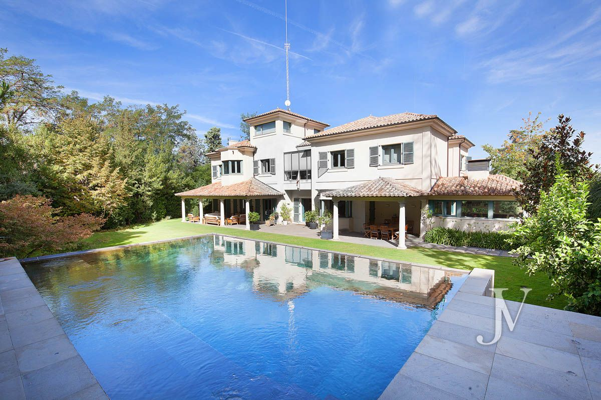 Mirasierra, careful landscaping on a plot of 2.100m3, built in 2008.