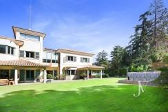 Mirasierra, cuidado paisajismo en parcela de 2.100m3, construida en el 200823