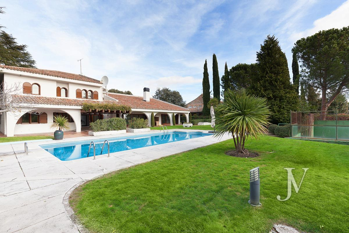 La Moraleja, 2.615m2 plot with views, with housing, squash and paddle