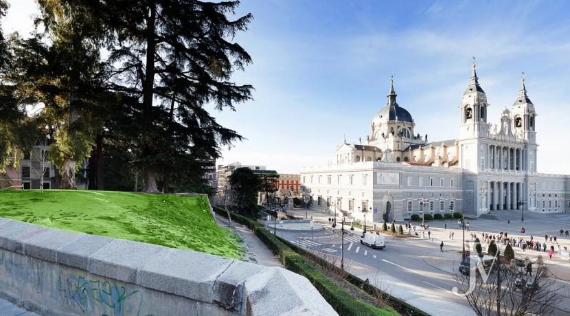 Ático de 453m2 para reformar en 1º línea de Palacio Real, con garaje24