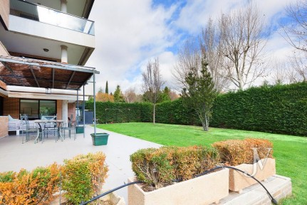El Encinar de los Reyes: Ground floor, private garden of 320m2, urbanization with 24h security